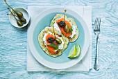 Zucchinipuffer mit Räucherlachs, Creme fraiche, Kapern und Tapenade