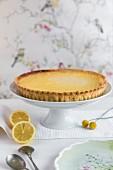 Zitronentarte auf Kuchenständer