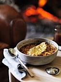 Speck-Zwiebelsuppe mit Käse überbacken