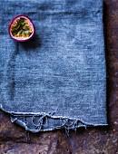Halbe Maracuja auf blauem Tuch