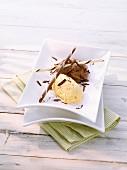 Zweifarbige Schokoladenmousse mit Schokoraspeln