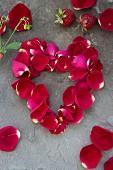 Herz aus Rosenblütenblätter