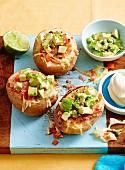 Ofenkartoffel mit Schinken und Avocado