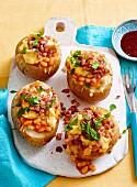 Ofenkartoffel mit Bohnen, Speck und Ei