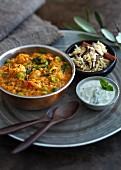 Indisches Dal mit Ackerbohnen und Joghurt-Minze-Sauce