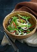 Thailändische Nudeln mit Hähnchenfleisch, Pilzen und Gemüse