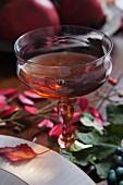 Ein Glas Sherry auf herbstlich gedecktem Tisch