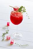Roter Cocktail mit Granita und Lokum-Spiesschen