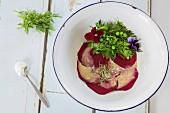Rote-Bete-Carpaccio mit Kräutersalat
