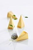Teepyramiden der Sorte White Ambrosia mit weißem Pai Mu Tan Tee
