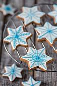 Lebkuchensterne mit weiss-blauem Zuckerguss