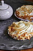 Meringue with flaked almonds