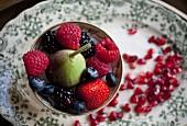 Beeren, Feigen und Granatapfelkerne als Topping für Müsli