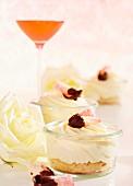 Rosen-Vanillecreme auf Biskuit mit kandierten Rosenblütenblättern