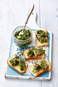 Toast mit Hering in Salsa verde