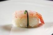 Ein Ebi-Sushi: Nigiri-Sushi mit Garnele