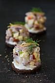 Matjessalat auf Pumpernickel