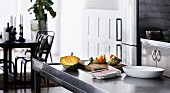 Zutaten & Kochutensilien auf Arbeitstisch in Küche