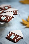 Schokoladenhäuschen mit weißem Fondantdach