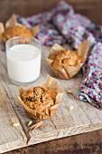 Apfel-Zimt-Muffins und ein Glas Milch