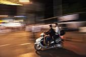 Zwei junge Menschen auf dem Moped, Istanbul