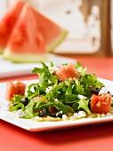 Amaranthsalat mit Wassermelone, Rucola und Oliven