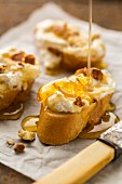 Baguette with goat's cheese, honey and walnuts