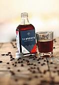 'Slowbrew', kalter Kaffee in Flachmann und Glas