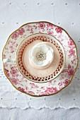 Romantischer Blumen-Cupcake zum Valentinstag in Teetasse