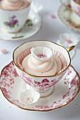 Romantische Blumen-Cupcakes zum Valentinstag in Teetassen
