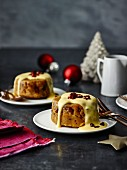 Mini Christmas puddings with custard (Great Britain)