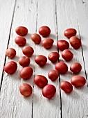 Rote Kartoffeln auf Holzuntergrund
