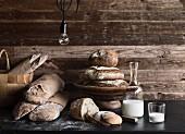 Verschiedene rustikale Brote und Milch