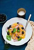 Orangensalat mit Oliven, Zwiebeln und Basilikum