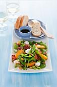 Spinatsalat mit Pfirsich, Mozzarella und Bacon