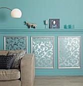 Elegante Wandgestaltung mit Profilleisten-Ablage und DIY-Wandvertäfelung mit Ornamenttapete und Zierleisten