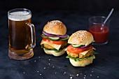 Hausgemachte vegetarische Quinoa-Burger und Glas Bier