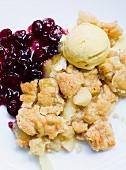 Apfelcrumble mit Cranberries und Vanilleeis