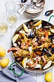 Paella mit Meeresfrüchten, Hähnchen und Zitronen