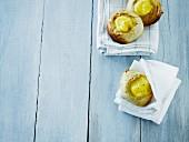Gebäckteilchen aus Brotteig mit Puddingcremefüllung