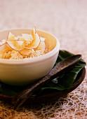 Kokosnussreis mit Kokosflocken