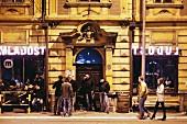 Kleine Schlange vor einem Club, Belgrad, Serbien