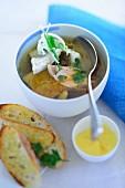 Fischsuppe mit Röstbrot und Aioli