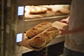 Bäcker mit Brot, London, England