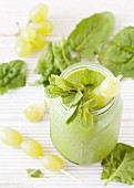 A green smoothie with spinach, grapes and mint