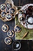 Reisplätzchen mit Heidelbeermarmelade und Mandelblättchen
