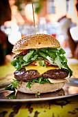 Cheeseburger mit Salat im Restaurant