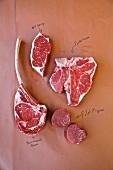 Verschiedene Rindfleischstücke auf braunem Papier