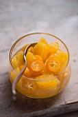 Obstsalat aus frischen Orangen und Kumquats im Glasschälchen
