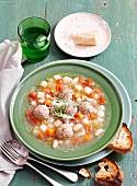 Gemüsesuppe mit Fleischklösschen und Parmesan